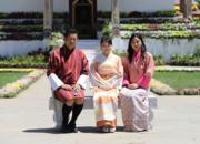 2017年6月,日本真子公主(中)訪問不丹,與不丹國王王后合照。(不丹國王基沙爾facebook圖片)