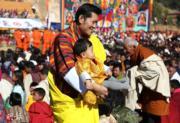 不丹國王基沙爾與小王儲Jigme Namgyel Wangchuck(不丹王后佩馬facebook圖片)