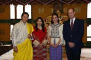 2016年4月,英國劍橋公爵伉儷威廉王子(右一)和凱特(右二)到訪不丹,左為不丹國王及王后。(不丹王后佩馬facebook圖片)
