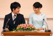 2017年9月3日,日本宮內廳宣布,真子公主 (右) 與大學同學「海王子」小室圭 (左) 訂婚。(法新社)