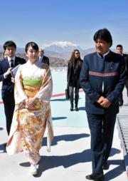 2019年7月15日,真子公主(前排左)訪問玻利維亞,在首都拉巴斯與玻利維亞總統莫拉萊斯(Evo Morales)(前排右)會面。(法新社)