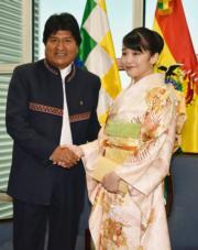 2019年7月15日,真子公主(右)訪問玻利維亞,在首都拉巴斯與玻利維亞總統莫拉萊斯(Evo Morales)(左)會面。(法新社)