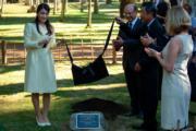 2018年7月18日,真子公主(左)訪問巴西,為里約植物園內日本庭園的紀念匾牌揭幕(法新社)
