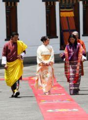 2017年6月,日本公主真子(中)到訪不丹,旁為不丹國王和王后。(法新社)
