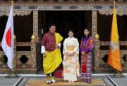 2017年6月,日本公主真子到訪不丹,與不丹國王(左)與王后(右)合照。(法新社)