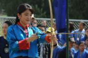 2017年6月,日本公主真子到訪不丹時,拿起弓箭射箭。(法新社)