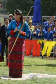 2017年6月,日本公主真子到訪不丹時射箭。(法新社)