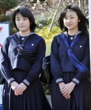 2010年3月,當時18歲的真子公主(左)及15歲妹妹佳子公主分別高中及初中畢業。(法新社)
