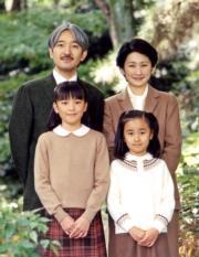 文仁皇子夫婦、女兒真子公主(前排左)和佳子公主(2004年資料圖片,AFP/IMPERIAL HOUSEHOLD AGENCY)