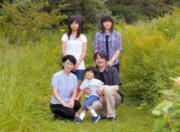 2010年8月,日本悠仁小王子(前中)與父親文仁(前右)、母親紀子王妃(前左)和兩個姊姊真子(後右)和佳子(後左)到皇室牧場度假時,拍下全家福。(AFP/IMPERIAL HOUSEHOLD AGENCY)