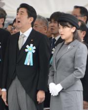 2014年5月,日本真子公主(右)與首相安倍晉三(左)(法新社)