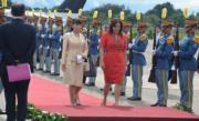 2015年12月,真子公主(米色套裝者)首次海外官式訪問。(法新社)