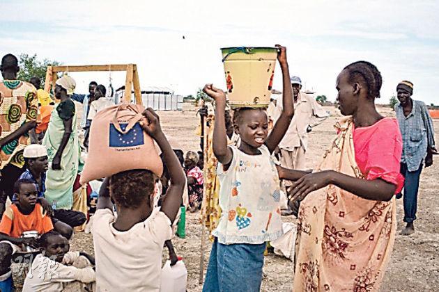 南蘇丹難民獲提供緊急糧食,包括豆類、木薯、油鹽等,解燃眉之急。(宣明會提供)