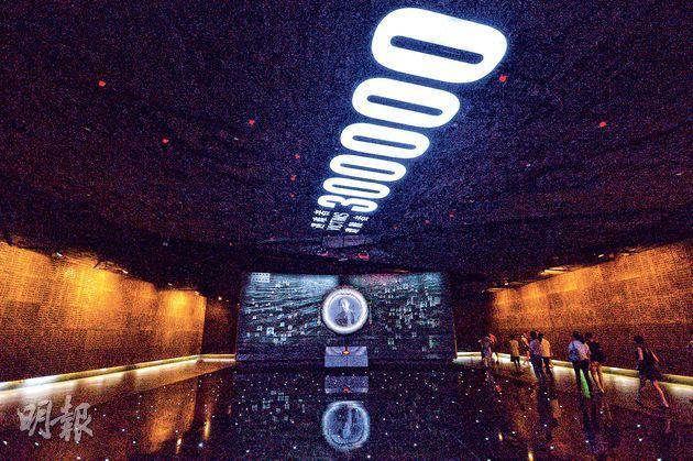 南京大屠殺遇難同胞多達30萬(天花板上數字),圖為紀念館展廳。(鄧宗弘攝)