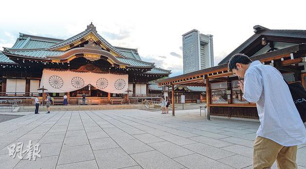 遊客在靖國神社的拜殿前參拜。殿前設有捐錢箱。(余俊亮攝)