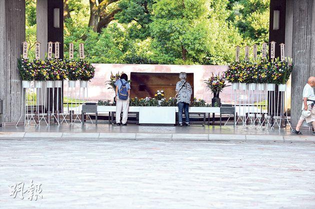 位於靖國神社附近的千鳥淵戰役者墓苑是日本政府設置的,安置二戰中在海外喪生的身分不明日本人遺骨,這裏沒有宗教色彩也不擺放名冊、牌位等。禮堂非常簡潔。在拜祭位可以醒目地看到自民黨、民主黨、日本前首相鳩山友紀夫等獻上的花籃。美國國務卿克里去年也曾來此處獻花。