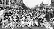 1987年韓國「六月抗爭」運動期間,群眾佔據馬路示威。