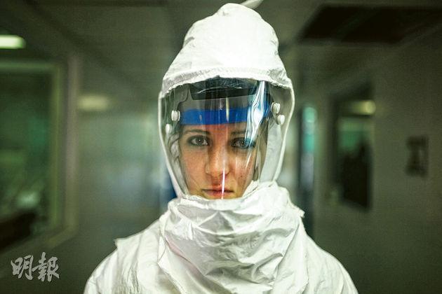 哥倫比亞一名國家衛生研究所人員上周示範B3生物保護套裝。這套裝置可以阻隔伊波拉病毒。(新華社)