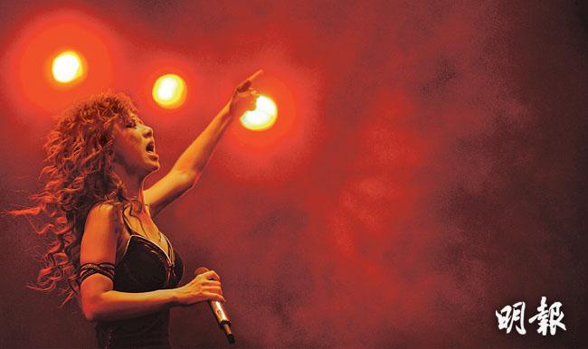 23歲的鄧紫棋出道6年,在《我是歌手》爆紅後,網上有上千萬粉絲,她認為香港樂壇遭人壟斷,創新歌手無法出人頭地,香港音樂若要重返世界舞台,必須毀滅重生。(盧翊銘攝)