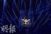 除了唱歌,鄧紫棋亦在演唱會表演打鼓和彈鋼琴。(盧翊銘攝)