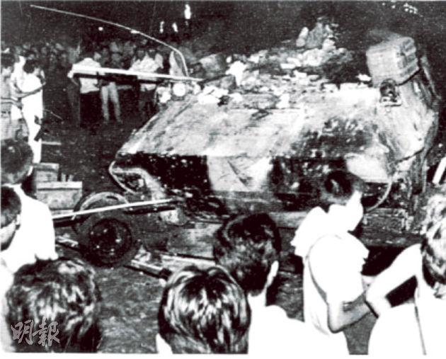 1989年6月4日凌晨,北京市民試圖阻擋開向天安門廣場的坦克。(資料圖片)