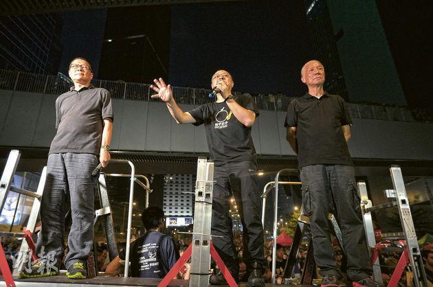 佔中三子在金鐘佔領區大台上發言。(資料圖片)