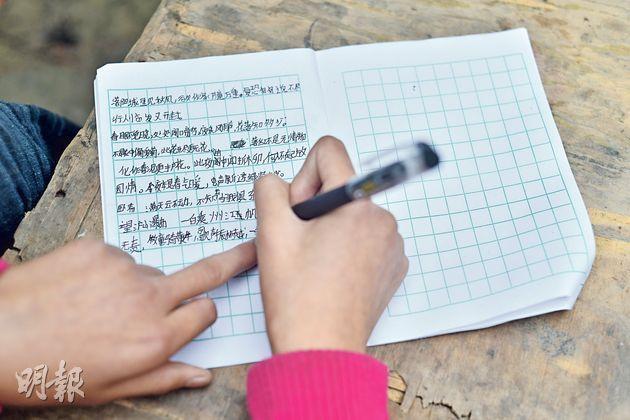 宋悅悅的手長時間寫字會痛,因為食指不靈便,她習慣用左手中指按着作業簿。(鄧宗弘攝)
