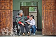 王德英(左)當年決定要丈夫出院,省下藥費救孫女楊洋(右)。(鄧宗弘攝)