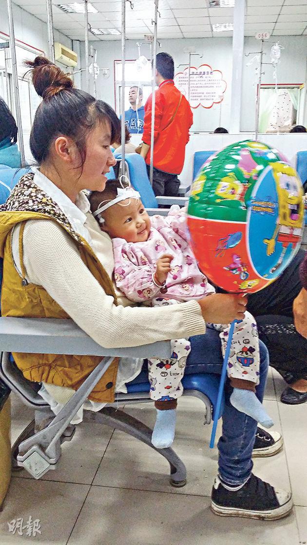 阜陽人民醫院是曾經搶救「大頭娃娃」的主要醫院,圖為早前有病童在輸液。(林迎攝)