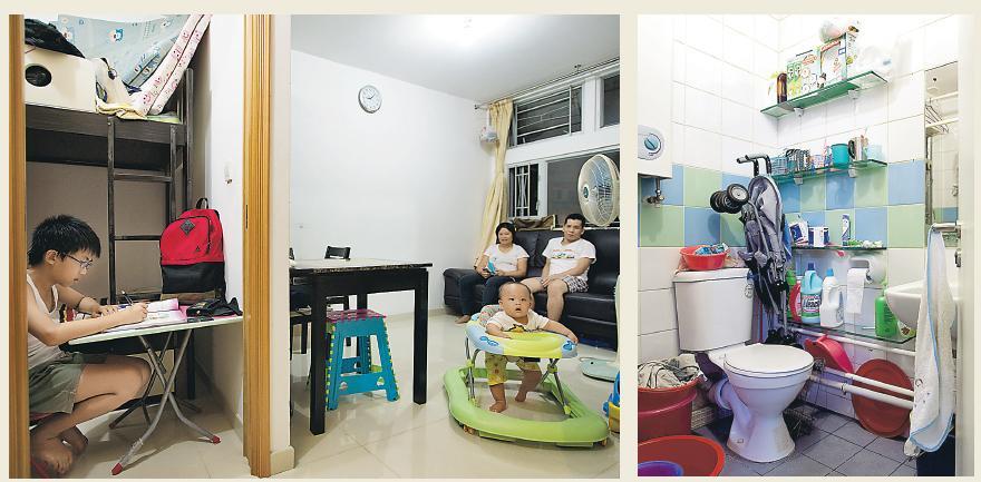 溫先生一家四口住在一個318平方呎的公屋單位,每人平均分得80平方呎。他認為樓價高企,基層市民幾乎沒有可能靠自己能力買私樓,故大批低收入人士只能依靠公屋,他由單身起開始輪候公屋,等了近10年才獲派這個單位。(鄧宗弘攝)