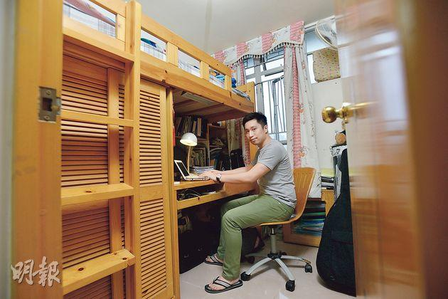 28歲的交易員Francis在中環工作,月入5萬元。但他認為現時樓價太高,不值得買,而公司附近的住宅租金也很貴,故寧繼續與父母胞妹同住,每月儲蓄一半人工作為首期。Francis一家四口住在一個500呎單位,他獨自睡一張碌架牀,每日早晚都要搬梯上落牀。(黃志東攝)