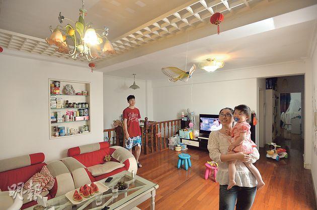 何勇一家住在上海市中心,兩夫婦分別任職銀行和外資企業,在父母資助下付了首期後,兩人每月要拿家庭收入一半來供樓。(鄧宗弘攝)