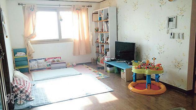 住在首爾的崔明一,用儲蓄和向銀行借貸作為租房按金,每月便不用繳付租金,只還銀行利息,相當於每月10萬韓圜(約704港元)就可住一間700呎的公寓。(受訪者提供)