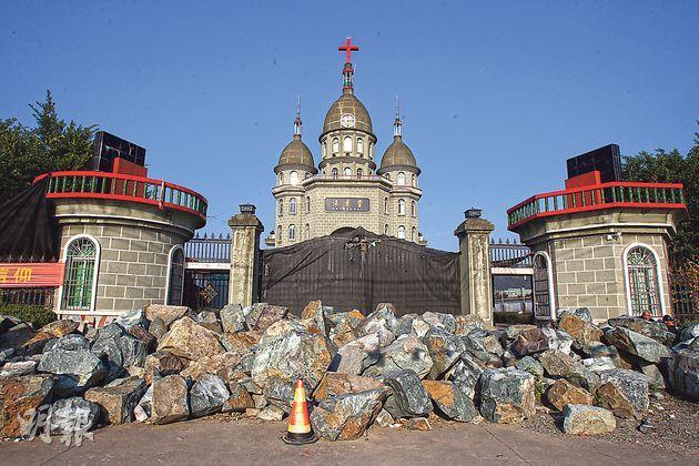 曾山教堂是溫州平陽縣被定為拆十字架目標教堂中,留守到最後的一間。為了抵禦政府強拆,教堂用大石封堵門口,還在圍牆上加裝鐵絲網。(林俊源攝)