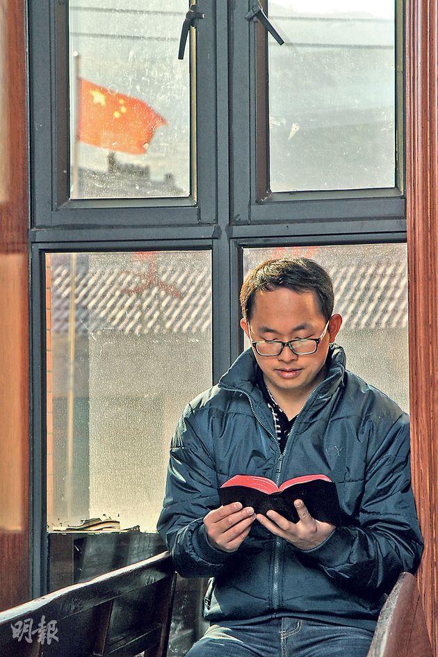 平陽縣顯橋教堂的傳道人張制說,政府希望基督教能夠「中國化」,就在他的教堂對面,便是一間政府資助建立的文化禮堂。(林俊源攝)