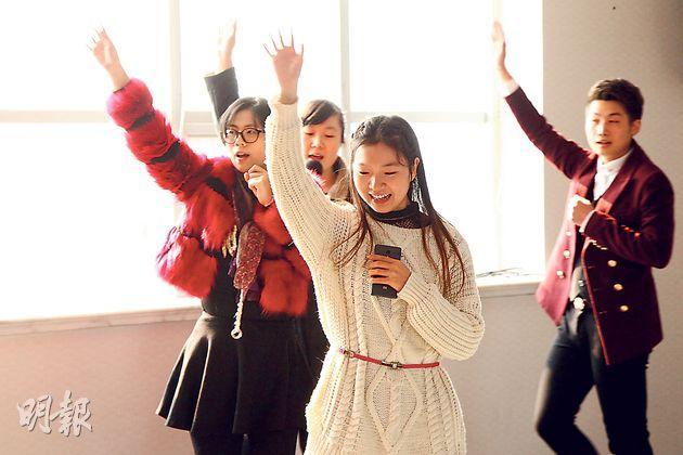 溫州一間基督教會的青少年教徒在排練聖誕慶祝的節目。他們的教會在今年的拆十字架風波中首當其衝,教徒們晝夜守護教堂近半年,直至10多日前才收到取消清拆的通知。(林俊源攝)