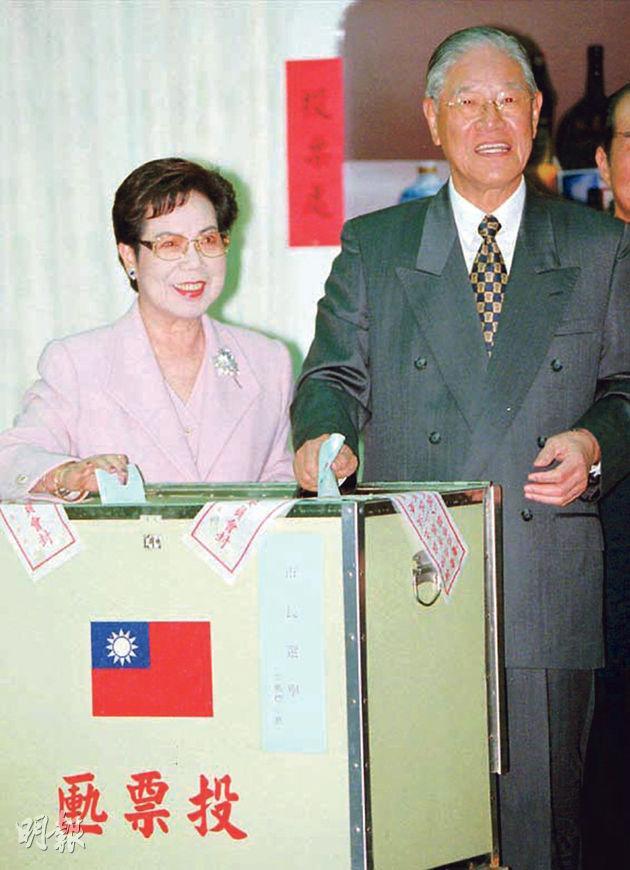 1998年,李登輝(右)與妻子曾文惠在台灣「三合一」選舉中一齊投票。李登輝在1996年當選首屆直選總統。(資料圖片)