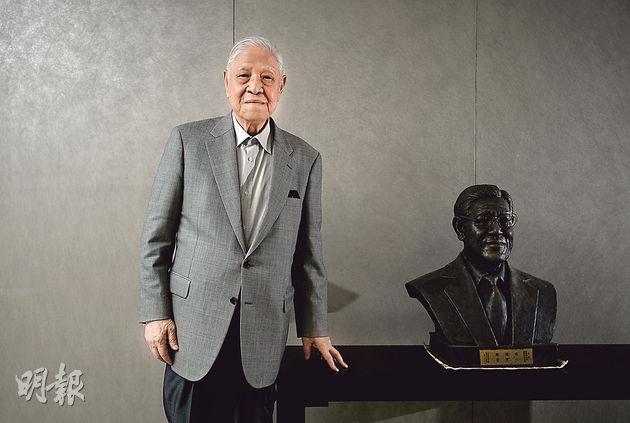 李登輝高齡92,身體依然壯健精神飽滿,訪問中後段更連續大啖兩件鳳梨酥,邊吃邊談。(盧翊銘攝)