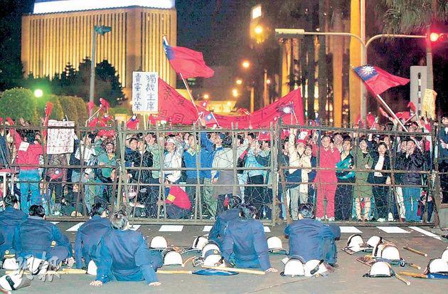 2000年台灣總統選舉,國民黨落敗,民進黨陳水扁勝出,首次出現政黨輪替。當時一批國民黨支持者批評李登輝出賣中華民國,要求其辭任黨主席。最終李登輝2001年被開除出黨。(資料圖片)