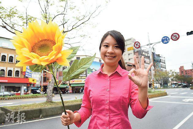 薛呈懿從大學起投身社運,曾經參加去年3月的「太陽花」反服貿運動。圖為手持「太陽花」的薛呈懿。(陳淑安攝)