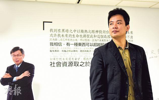 戴季全(右)是台北市長柯文哲(圖左人形紙牌)競選團隊的科技顧問,認為找到核心「粉絲」最重要。(陳淑安攝)