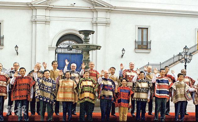 李遠哲見過多任大陸領導人,2004年在智利聖地牙哥舉辦的APEC峰會上,代表台灣出席的李遠哲(後排左一)曾與時任國家主席胡錦濤(前排右一)短暫交談。(資料圖片)