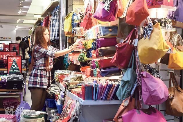 不少台灣青年從事服務業,但薪水相對較低。圖為在夜市工作的年輕人。(陳淑安攝)
