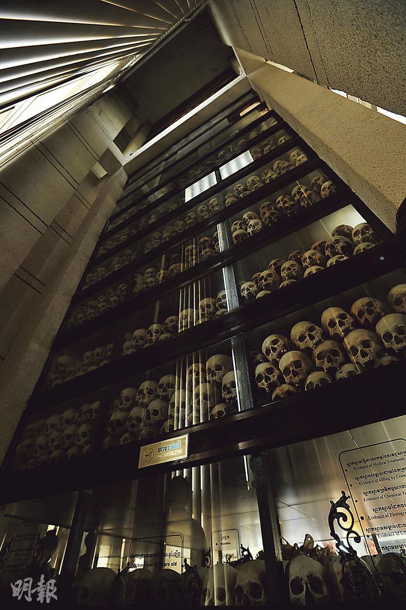 赤柬時期Tuol Sleng集中營的犯人通常被運至金邊市郊的鐘屋殺人場處決,現時這裏建造了一座17層高的佛塔,保存逾9000個受害者的頭骨。(胡景禧攝)