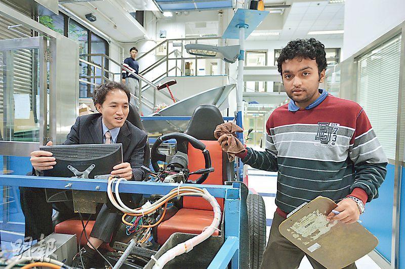 理大電機工程學系教授鄭家偉坐在電動車輛模型中,他帶領研發的電動車mycar品牌及技術已售予美國公司。(鄧宗弘攝)