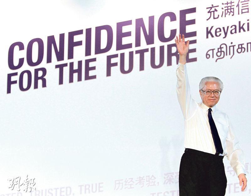 新加坡總統選舉同樣有篩選,候選人不可是政黨中人,出閘須經3人委員會揀選。圖為現任新加坡總統陳慶炎勝出2011年選舉,向支持者揮手致意。(資料圖片)