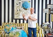 圖有「商品大王」之稱的羅傑斯,在新加坡的家中有數十個各款地球儀,甚至「咕𠱸」都印上地圖圖案。愛好冒險的他曾於1990年至1992年駕駛電單車環遊世界,橫越全球65,065里,被列入《健力士世界紀錄大全》。(盧翊銘攝)