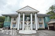 羅傑斯在新加坡的大宅位處當地傳統豪宅區,屋前花園建有一座噴水池(圖)。(盧翊銘攝)