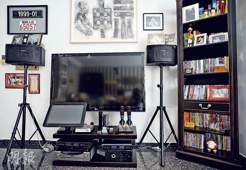 羅宅偏廳放有一部大電視(圖),卻沒有接駁電視網絡,只用於卡拉OK。他解釋,看電視節目是浪費時間,有空閒時間應多看書。(盧翊銘攝)
