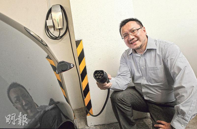 居於將軍澳維景灣畔的吳先生,自資在屋苑停車場安裝充電裝置,前後花了兩年才能爭取各方同意安裝。(李澤彤攝)